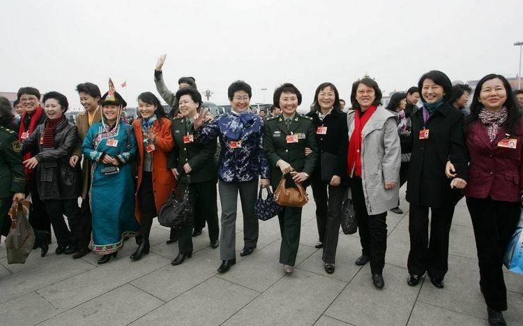 2010年3月7日,政协十一届三次会议第二次全体会议在人民大会堂召开。女委员集体入场。