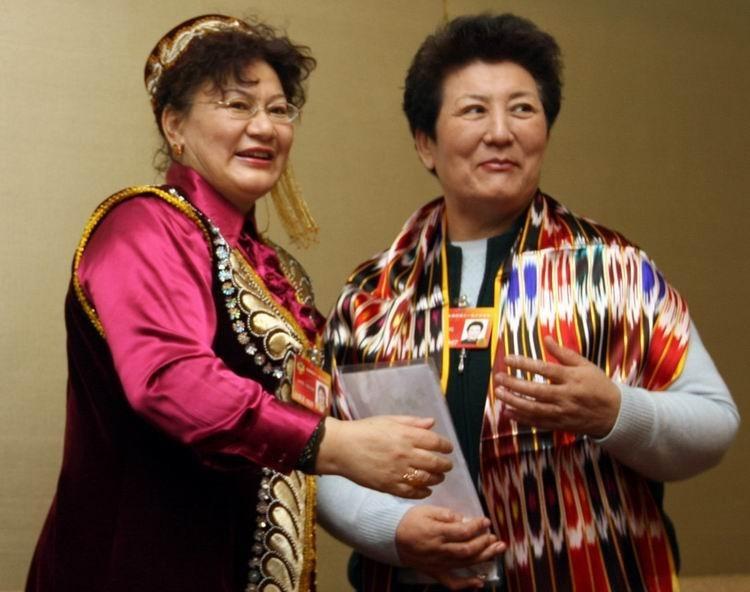 """2010年3月7日,北京友谊宾馆,各民族女政协委员共庆""""三八节""""。***_***"""