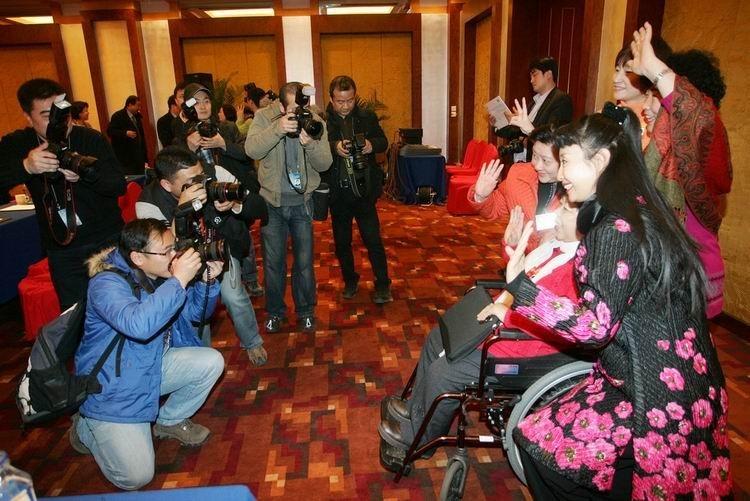 """2010年3月7日,文艺界别联组会后,女委员们在会场合影,喜迎百年""""三八""""国际劳动妇女节的到来。"""