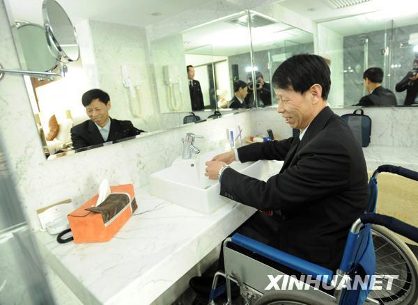 3月2日,全国政协委员王树明在下榻的无障碍房间的卫生间内洗手。(金良快 摄)