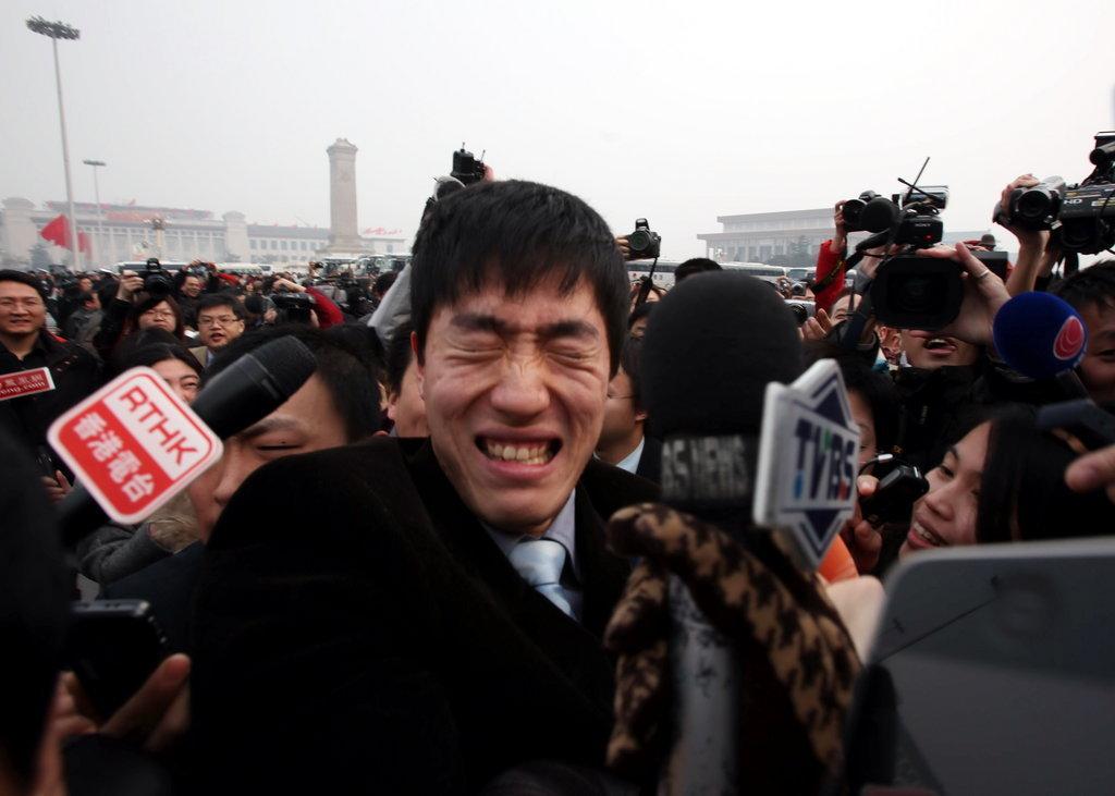 2010年3月3日,全国政协十一届三次会议在人民大会堂举行开幕会,政协委员刘翔入场时媒体记者围追堵截。来源:CFP 版权图片,禁止转载