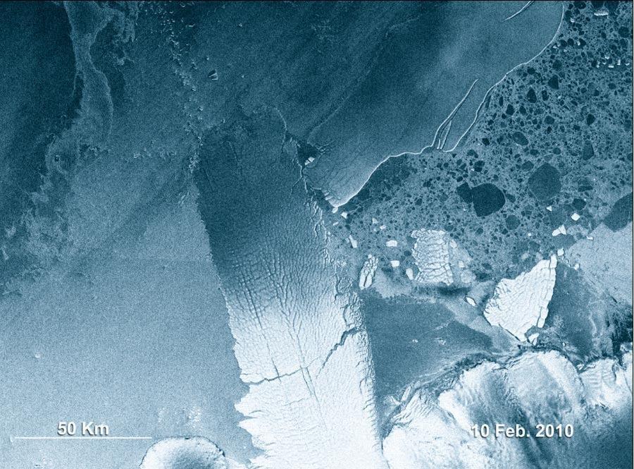 2010年2月10日的照片,两大冰山相撞,其中一个冰山被撞裂。
