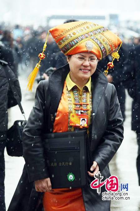 女代表们冒雪前往北京人民大会堂 (杨佳摄)