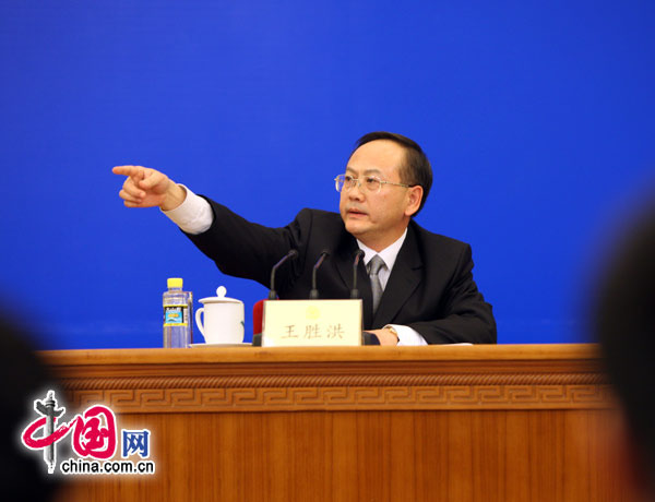 全国政协副秘书长、发布会主持人王胜洪请记者提问。 (胡迪摄)