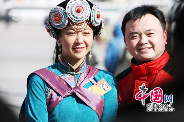 3月9日,十一届全国人大三次会议举行第三次全体会议,会议开始前美丽的少数民族女代表受邀合影。 (胡迪摄)