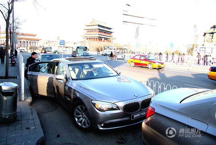 腾讯网2010全国两会嘉宾用车 陈辛/摄