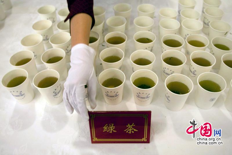 大会堂工作人员向记者提供茶饮 (段崴摄)