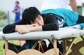 组图:刘翔备战室内赛 自带治疗床按摩康复