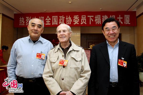 政协委员黄友义(右)、沙博理(中)、周幼马(左)合影。(唐涛摄)