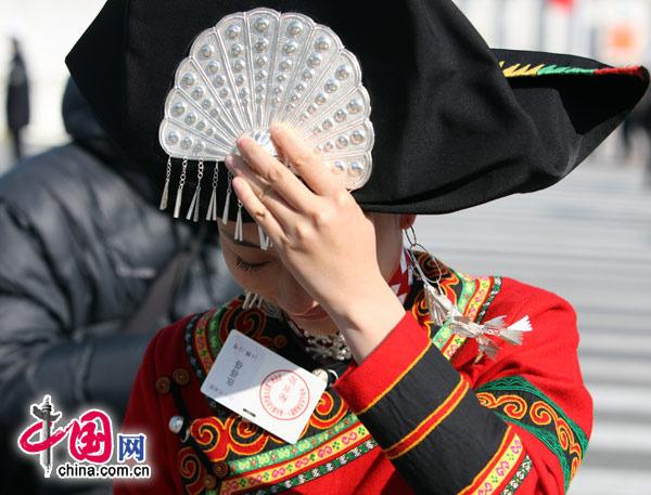 """""""两会""""代表委员们,都是盛装出席,很多少数民族代表委员不光穿着繁琐亮丽的服装,头上还顶着重重的帽子。 (胡迪摄)"""
