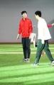 组图:刘翔红衣亮相最后一练 咧嘴进行治疗