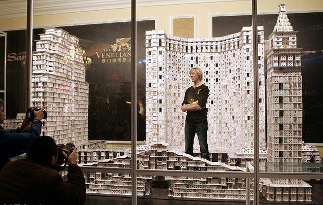 """美国建筑师贝格在澳门威尼斯人度假酒店成功打破自己之前保持的""""世界最大型扑克牌建筑""""的吉尼斯世界纪录。"""