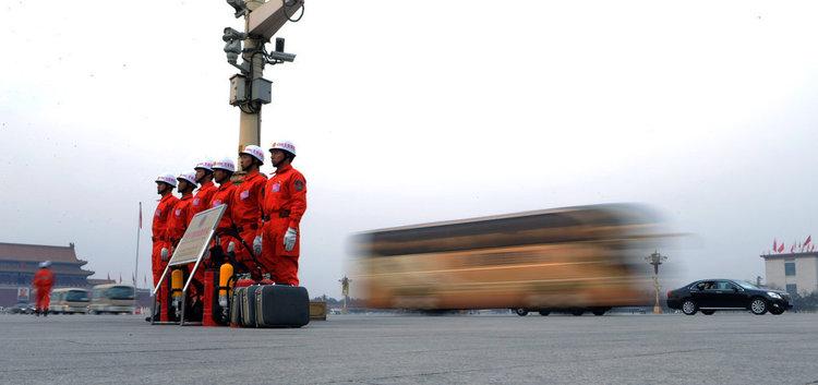会后代表车队在统一指挥下有序离场。