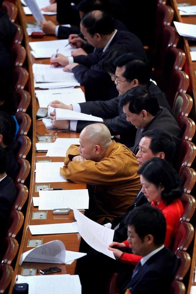 2010年3月11日,北京,十一届全国人大三次会议在北京人民大会堂举行第四次全体会议。会场的一名佛教代表。 (CFP)版权所有,请勿转载。