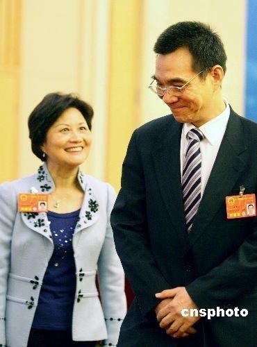 陈云英代表说起自己与先生林毅夫最大的心愿就是能够一家人携手回台湾老家探亲。她说自己83年来大陆,希望能够把83年以前在台湾的记忆都重走一遍。言语中所流露出来的思乡之情让现场的人都非常感动。 (张宇摄)