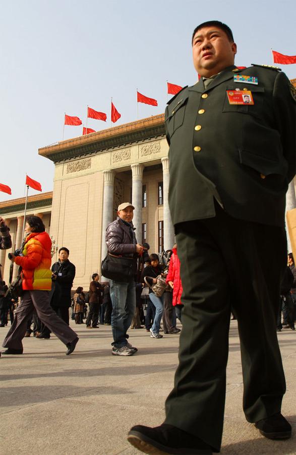 2010年3月13日,中国人民政治协商会议第十一届全国委员会第三次会议在北京人民大会堂举行闭幕会。图为政协委员毛新宇在天安门广场。 (CFP)版权所有,请勿转载。