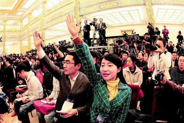 陕西夫妻记者(陕西日报社张鑫、三秦都市报记者赵静)在全国人大新闻发布会上亮相。 三秦都市报 宋红梅摄