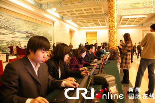 14日上午10:00,中国总理温家宝将在人民大会堂出席记者招待会并回答记者提问。国内外的文字、摄影、摄像记者都早早到场,等待记者会的开幕。图为各大媒体的网络直播台。 (常昕摄)