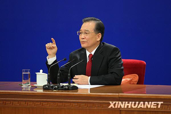 温家宝在北京人民大会堂与中外记者见面。 新华社记者邢广利摄