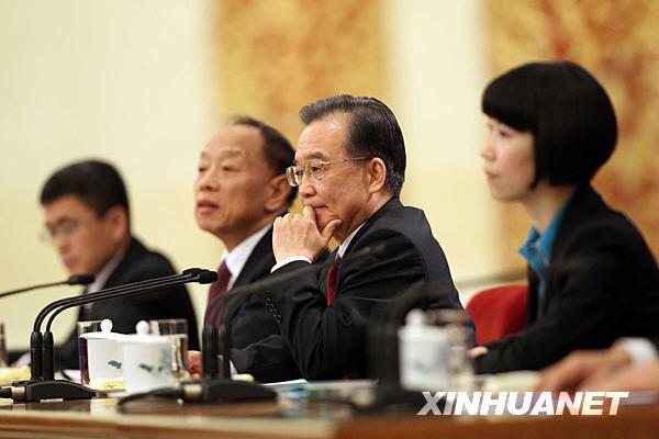 温家宝在北京人民大会堂与中外记者见面。
