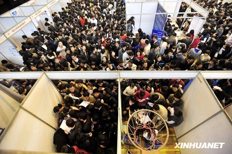 高清图:武汉大学校园招聘会现场人山人海