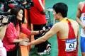 组图:刘翔赛后疲惫倒地 接受冬日那采访