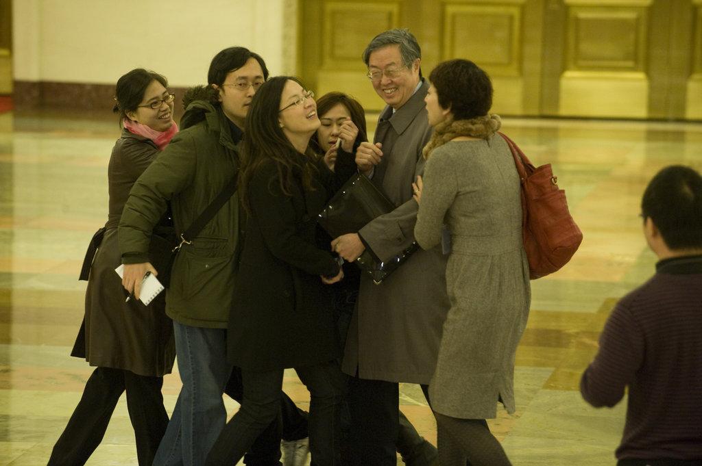 2010年3月14日,十一届全国人大三次会议举行闭幕会,周小川被记者堵截。(CFP 版权所有 请勿转载)