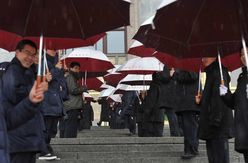 2010年03月14日, 北京,为了代表避雨,大会堂工作人员临时搭起了雨伞长廊。来源:CFP 版权图片,禁止转载!