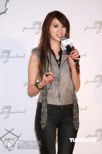 林志玲以帅气的黑色紧身裤搭配一灰色无袖马甲,性感中