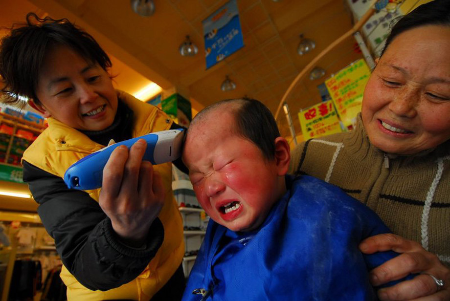 """17日一早,小刘刘在合肥一家儿童理发店内,为了自己""""龙颜""""大怒。刘伟 摄"""