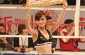 组图:中泰对抗赛 举牌小姐身材高挑笑容迷人