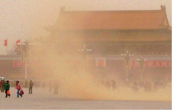 天安门广场尘土飞扬。图/CFP