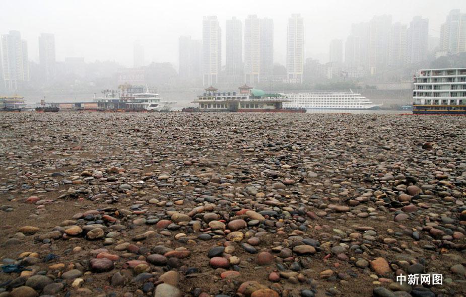 中新网重庆3月23日电 受去冬今春西南地区干旱影响,长江、嘉陵江重庆段水位持续下降。3月23日,记者在重庆市朝天门嘉陵江与长江交汇处看到,大面积河床裸露出来,部分水段已见底。据相关部门通报,截止3月22日,长江重庆段水位退落至0.31米,比去年同期低了近2米。孟幻 摄