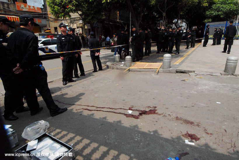 图为小学门口满地的血迹,现场已被警方封锁。