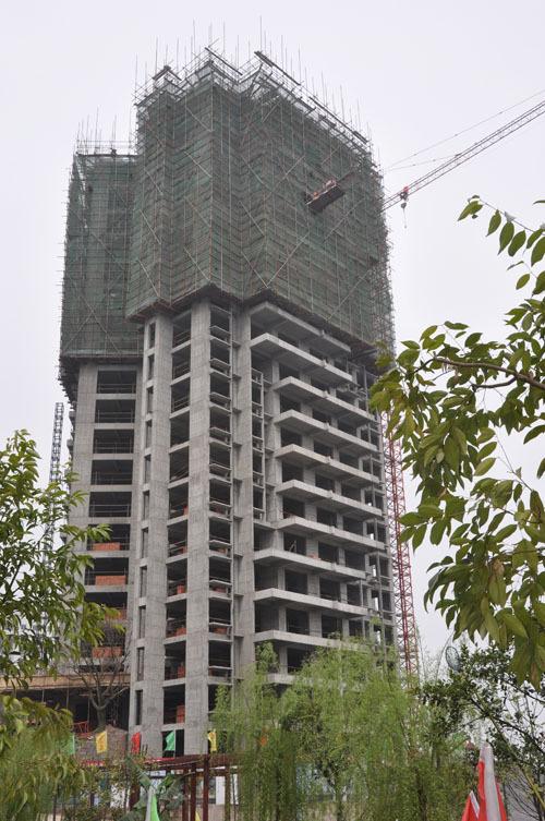 金泉 阳光花园首栋百米高层27 楼今日封顶
