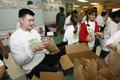 组图:姚明到访流浪者收容所 帮助填补卫生袋