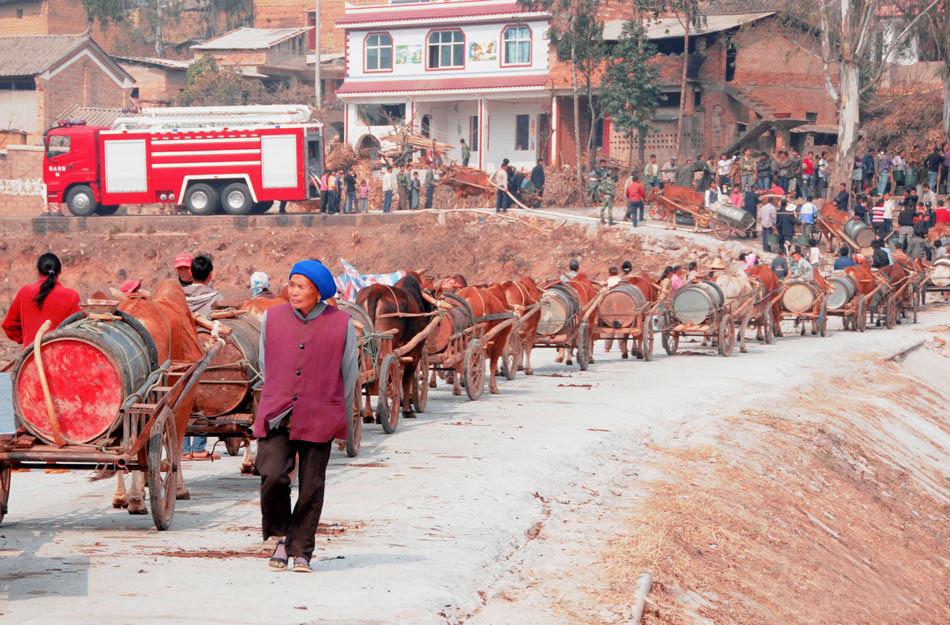 砚山县维摩长岭街村:村民拉着牛车排成长队取水