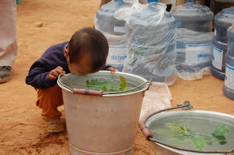 2010年3月26日在云南省景洪市景讷乡大荒地村抗旱救灾活动  摄影: 邹涛