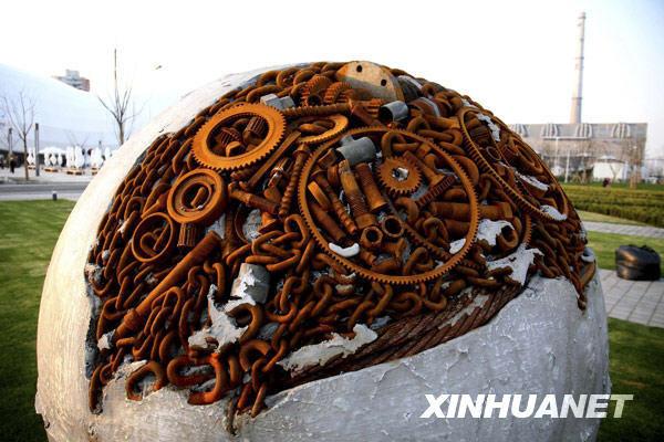 齿轮制作的球形雕塑亮相上海世博园区.-上海世博园区各项工程进入