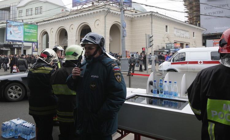 俄罗斯紧急事务部工作人员在文化公园地铁站附近负责执勤。