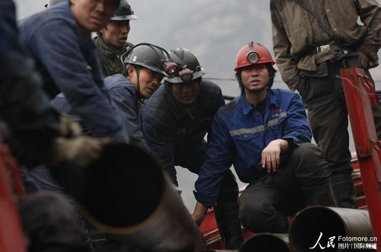 2010年3月29日,中国,山西:救援人员在事故现场展开搜救。
