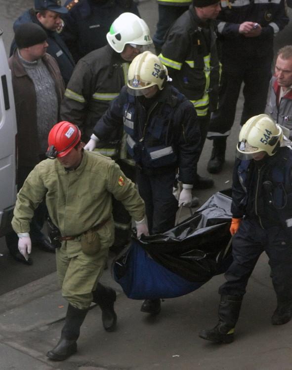 救援人员将遇难者遗体用黑色袋子包裹后从文化公园地铁站抬出。