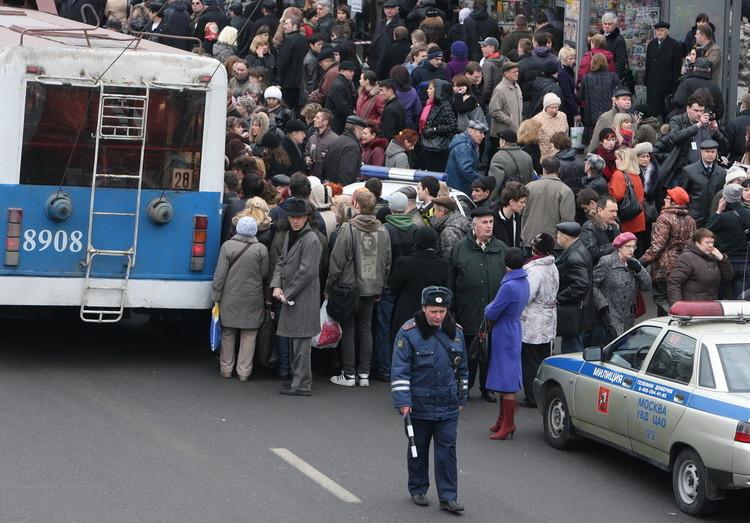 随着地铁站出现爆炸事故,文化公园站旁的公交车站变得十分拥挤。