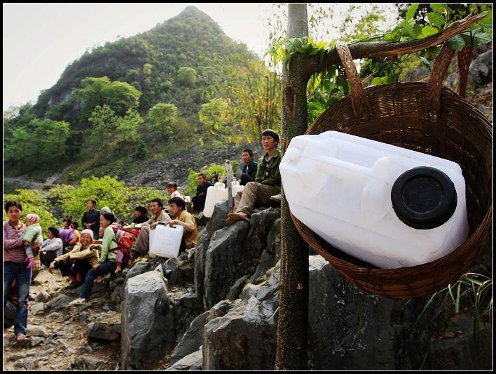 村民们每天都要去到村口等候消防车运送来的水。(冯向宇/摄)