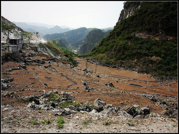 在瑶族同胞居住的山脚下和半山腰,原本是种着水稻的梯田,现在已是一片黄土,甚至风化成了沙子。村民无法播种,今年的粮食收成,又即将成为一个新的问题。(冯向宇/摄))