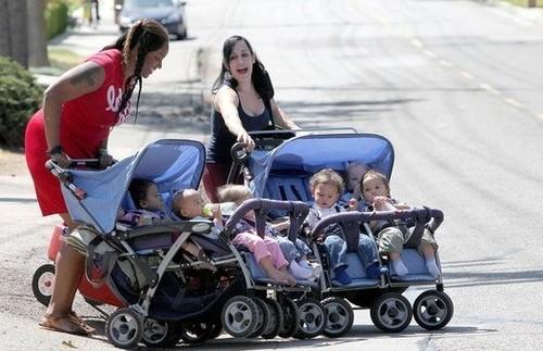 八胞胎妈妈带孩子出街 排场恢宏
