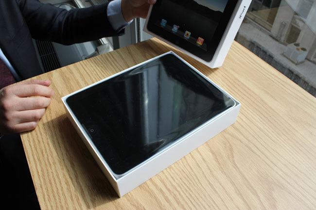 与iPhone一样苹果iPad包装盒内空间运用十分紧凑