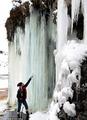 组图:英国出现绚丽冰墙 犹如魔幻王国纳尼亚