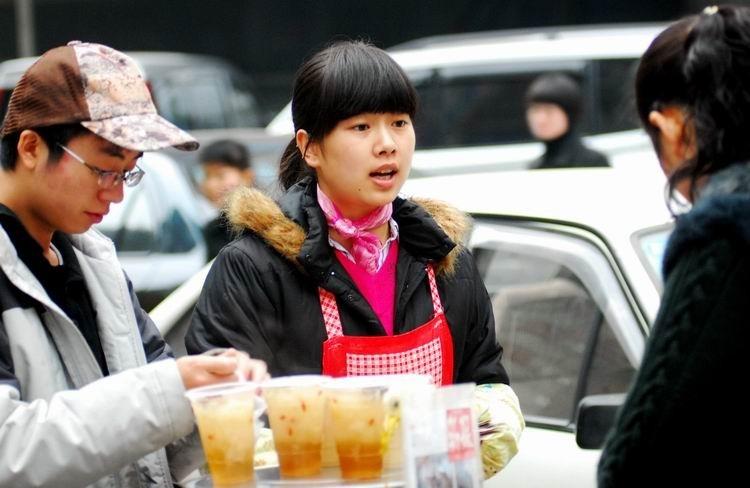 """""""豆浆西施""""潘美君和男友罗邱涛的故事,成了贵阳市民议论的热点话题."""