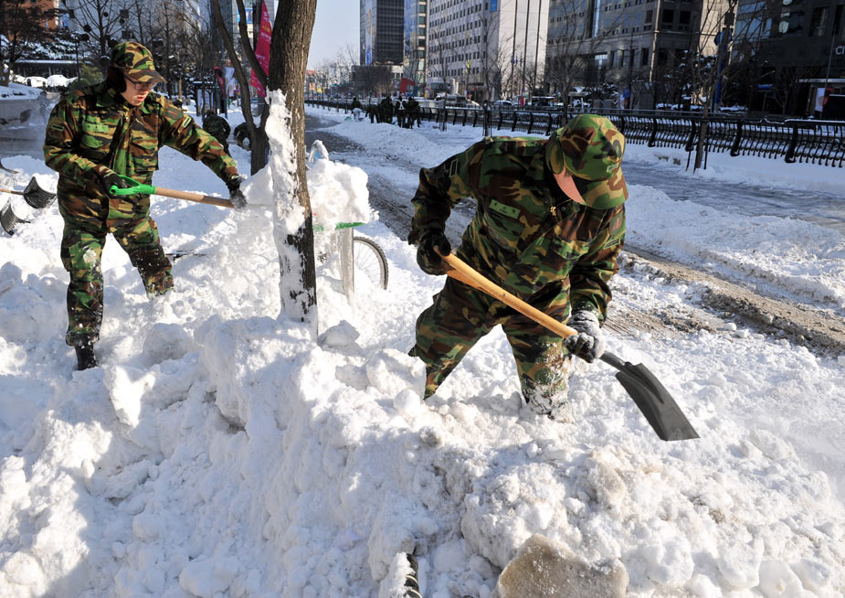 1月5日,韩国士兵在街头除雪。